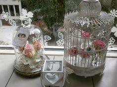 Bloemen in vogel huis en stolp