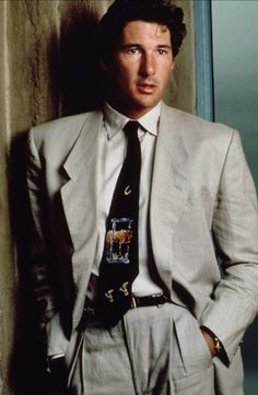 A sinfully good-looking Richard Gere in American Gigolo which catapulted the name of fashion label Armani. Women don't come here. 80s Suit, Suit Up, Suit And Tie, Richard Gere, 1980s Mens Fashion, 1980s Fashion Trends, 1980s Trends, Male Fashion, Fashion Black
