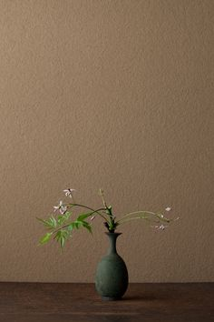 2012年6月17日(日)あえかな花。「栴檀は双葉より芳し」の栴檀は白檀のことで、別の木です。 花=栴檀(センダン) 器=青銅王子形水瓶(六朝時代)