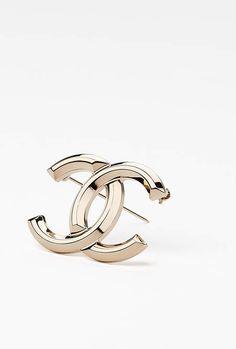 Broche, métal-doré - CHANEL RTW pré-collection SS 2017 #Chanel #precollection2017 #SS17   Visit espritdegabrielle.com - L'héritage de Coco Chanel #espritdegabrielle