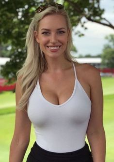 Paige Spiranac has some golf tips for the guys. Especially if you are golfing with a hottie like her. Beautiful Celebrities, Gorgeous Women, Belle Nana, Beauté Blonde, Curvy Women Fashion, Sport Girl, Sexy Outfits, Bikini Girls, Sexy Women