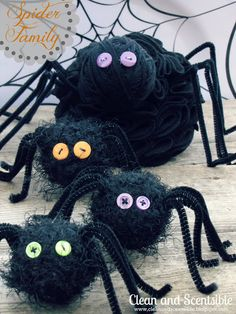 I love this scary spider made from ruffling felt. This is such a cute idea for a creepy crawly Halloween. Jenn also made a ruffled pumpkin and that is where the tutorial is from for the spider… Diy Halloween, Films D' Halloween, Halloween Spider, Halloween Projects, Holidays Halloween, Halloween Themes, Happy Halloween, Halloween Tutorial, Haunted Halloween