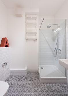 Wohnungsumbau Berlin by fl!nk.architekten | badezimmer | bath room | fliesen | sanitär | innenraum | dusche | ornament | feinsteinzeug | grau | weiß | metrofliesen