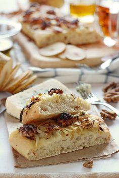 Focaccia al queso azul con nueces, peras y cebolla frita