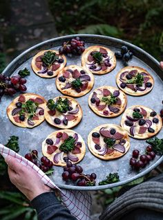 Mini Flammkuchen mit PICK Salami, Weintrauben, Flower Sprouts Pizza Salami, Party Buffet, Sprouts, Flower, Mini, Kisses And Hugs, Brussels Sprouts, Finger Food Recipes, Flowers