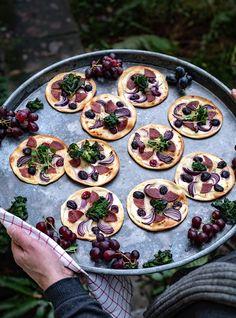 Mini Flammkuchen mit PICK Salami, Weintrauben, Flower Sprouts Pizza Salami, Party Buffet, Snacks, Buffets, Finger Foods, Sprouts, Mini, Flowers, Kisses And Hugs