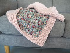 Une baby blanket pétale et Liberty - Knitting 01 How To Sew Baby Blanket, Baby Blanket Crochet, Crochet Baby, Sewing Patterns For Kids, Knit Patterns, Knitted Blankets, Baby Blankets, Baby Sewing, Coutume
