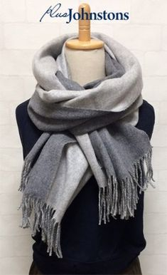 Scarf Wearing Styles, Scarf Styles, Ways To Wear A Scarf, How To Wear Scarves, Diy Fashion Hacks, Fashion Tips, Fashion Design, Fashion Books, Fashion Outfits