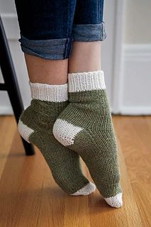 Crochet Patterns Socks Love these Lazy Weekend Socks, knit in warm and cozy Wool of the Andes Superwash. Wool Socks, Knitting Socks, Hand Knitting, Summer Knitting, Knitted Slippers, Knitting Machine, Vintage Knitting, Gilet Crochet, Knit Or Crochet