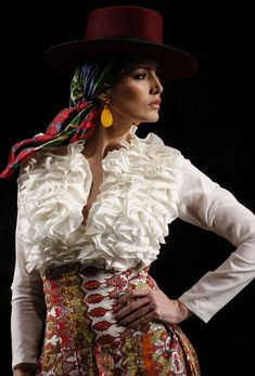 Spanish style – Mediterranean Home Decor Flamenco Costume, Flamenco Dancers, Spanish Dress, Spanish Style, Couture Fashion, Fashion Beauty, Beauty Style, Fiesta Outfit, Spanish Woman