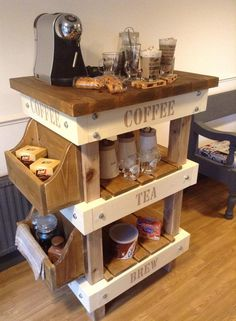 Pallet and Reclaimed Wood Tea & Coffee Station Paletten- und Altholz-Tee- und Kaffeestation Wooden Pallet Projects, Wooden Pallet Furniture, Pallet Crafts, Wooden Pallets, Wooden Diy, Pallet Wood, Furniture Ideas, Woodworking Furniture, Mini Pallet Ideas