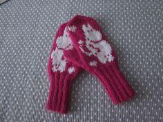 Lapaset 4-vuotiaalle lapsenlapselle joka rakastaa muumejaMuumi Mitten Gloves, Mittens, Moomin, Baby Knitting, Knit Crochet, Socks, Handmade, Fashion, Knits
