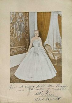 Autographed portrait of Eva Perón. National History Day, President Of Argentina, Cult Of Personality, Influential People, Queen, Llamas, Musical Theatre, Types Of Fashion Styles, Her Style