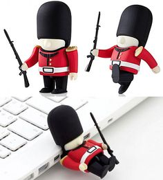 Queen's Guard Driver USB Memory Stick    And they say that the guards can not be moved. Look, that one is sleeping on the job ;P