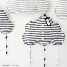 """DIY Maker's Market Värit: musta - valkea ja harmaa - valkea. Pehmoinen vanutäytteinen somiste seinälle tai kattoon. Alareunasta roikkuu pisaroita """"jotka lennättää unihiekkaa"""""""