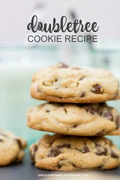 The best copycat Doubletree Cookies, the most famous chocolate chip cookies with the actual delicious recipe from the Hilton Doubletree Hotels. Doubletree Hotel Cookie Recipe, Doubletree Cookies, Doubletree Chocolate Chip Cookie Recipe, Cookie Desserts, Cookie Recipes, Dessert Recipes, Dessert Ideas, Biscuits, Walnut Cookies