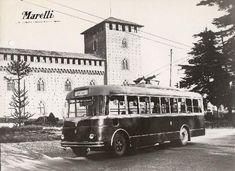 E un'immagine dall'Archivio Marelli (digitalizzato da LombardiaBeniCulturali) che ritrae il vecchio filobus di Pavia davanti al Castello.