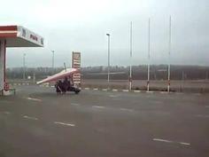 """Si ferma per fare benzina e riparte """"volando"""""""