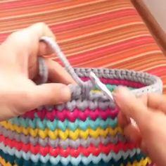 Amo esse colorido todo ótimo para reaproveitar sobras de fios by . Love Crochet, Diy Crochet, Crochet Hooks, Knitting Patterns, Crochet Patterns, Crochet Basket Pattern, Crochet Videos, Crochet Stitches, Crochet Projects