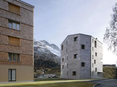 The apartment building Hans-Jürg Buff forms the southwest end of the residential development Chalavus in St. Moritz Bad. Together with the other surrounding ...