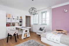 Obě děti mají své vlastní pokoje i s koupelnami. Tento zařídili nábytkem z Ikea, který částečně upravil truhlář, postel je vyrobená na zakázku - ProŽeny.cz