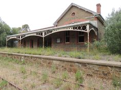 Disused Railway Stations in the Gilbert Valley - Adelaide- without the elaborate railing, I could see the bones of this being employee housing or guest house Abandoned Castles, Abandoned Buildings, Abandoned Places, Old Mansions, Abandoned Mansions, Disused Stations, Abandoned Amusement Parks, Old Trains, Australian Homes