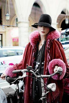 你可能不知道她的名字,但她是「巴黎時裝週的都市神話」—最時髦的單車女伶 - HxxA.INFO