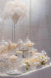 Buffet dulce golosinas blanco plumas lujo wedding Stunning all white candy display candy bar Great Gatsby Motto, Great Gatsby Theme, Great Gatsby Wedding, Gatsby Party, 1920s Theme, 1920s Wedding, 1920s Party, Elegant Wedding, Wedding Bride