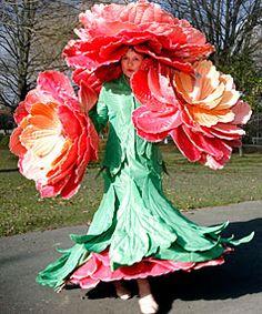 Jenny Gillies modelos de una de sus creaciones de arte wearable
