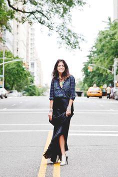 Los mejores looks de The Man Repeller: blusa de Isabel Marant, Falda de Peter Soronen. Bolso de Chanel. Collar y brazaletes de Dannijo y botines de Narciso Rodriguez.