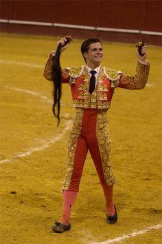 El Juli paseo los máximos trofeos en su mano a mano con Curro Vázquez en Vistalegre. El próximo sábado 27 de 2014 es una fecha especial y El Juli vuelve a pisar ese albero.