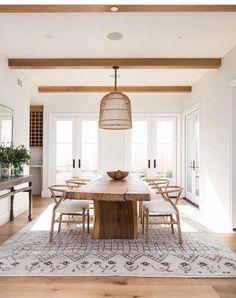 Grande table en bois brut, poutres apparentes, suspension en osier... Cette salle à manger nature a tout bon !