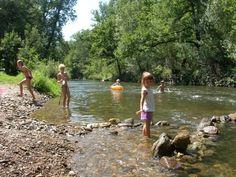 Camping La Prade ligt aan de rivier de Viaur die hier prachtig door de weelderig begroeide vallei kronkelt. Heerlijk spelen varen en tot rust komen.