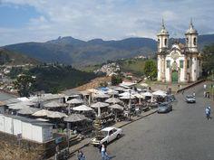 """""""Feira de Pedra"""" e Igreja de São Francisco de Assis em Ouro Preto (MG), com o Pico do Itacolomi ao fundo  (Foto: Felipe Cerquize) # Minas Gerais # Turismo"""