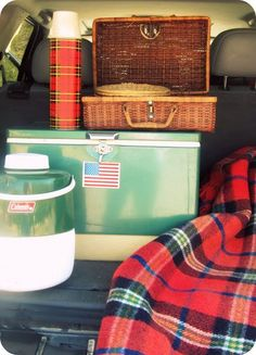 Let's Go Camping Vintage camping, summer camp and sports are a HOT decorating trend right now! Here are 10 great vintage style camp ideas to Camping Nature, Camping Bedarf, Camping Style, Camping Chairs, Camping Ideas, Winter Camping, Family Camping, Outdoor Camping, Outdoor Gear