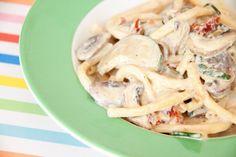 """Prima für Kinder: Maccheroni mit """"Sahne""""sauce, getrockneten Tomaten, Zucchini und Champignons. Ein veganes Rezept von meinesvenja.de"""
