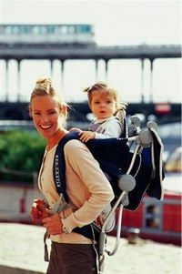 Porte-bébé dorsal -  bien porter son bébé  - Le porte-bébé dorsal s'utilise à partir des 6 mois de l'enfant, lorsqu'il commence à se tenir assis tout seul et jusqu'à 15 kg. Idéal pour les randonnées, il se porte comme...