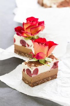 Raw Black Forest Slice – a delicious, smooth raw vegan dessert. Raw Vegan Cake, Raw Vegan Desserts, Raw Cake, Raw Vegan Recipes, Vegan Treats, Paleo, Vegan Raw, Raw Dessert Recipes, Healthy Cake
