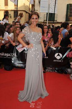 vestido largo en gris con detalles en blanco - Paula Echevarría