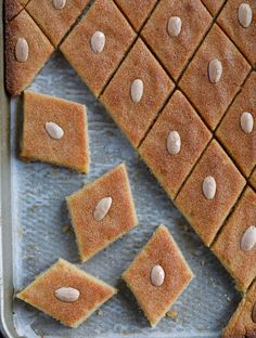Namoura (نمورة), is a delicious Lebanese cake/dessert that is super easy to make and widely known across the Middle East. It is topped with almonds, baked and then soaked with an aromatic sugar. Lebanese Desserts, Lebanese Cuisine, Lebanese Recipes, Greek Desserts, Arabic Dessert, Arabic Sweets, Arabic Food, Middle Eastern Desserts, Biscuits