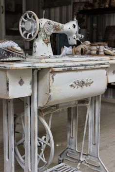 Trendy Sewing Machine Vintage Old Antique Sewing Machine Table, Diy Sewing Table, Antique Sewing Machines, Diy Table, White Sewing Machine, Shabby Vintage, Vintage Table, Singer Sewing Tables, Singer Table