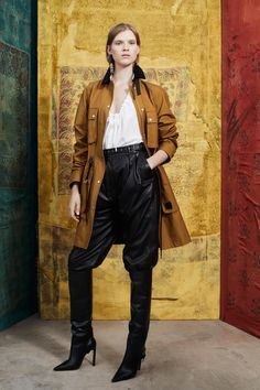 Altuzarra Pre-Fall 2019 Fashion Show Collection: See the complete Altuzarra Pre-Fall 2019 collection. Look 1 Fashion Show Collection, Vogue Paris, Mannequins, Hijab Fashion, Suit Fashion, Ladies Fashion, Style Guides, Coco Chanel, Fashion Brands
