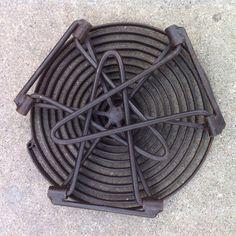 Art industriel répond à un feu de camp avec ce gril de spirale en acier camp de pliage. Ma surface de grill est fabriqué à partir seul morceau de plat de barre en acier qui est artistiquement enroulé et soudé en place sur un cadre solide en acier massif 1/4 po. Trois pliage jambes position le gril 8,25 » sur le sol qui est une grande hauteur pour la cuisson sur un feu ouvert. La grille du gril est parfaite pour lutiliser comme une plate-forme pour tous les types de cuisine en plein air…