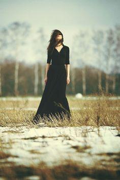 Картинки по запросу чёрное платье в лесу