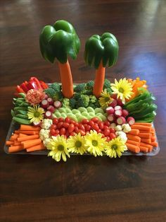 It is really simple but the colors (and flowers) make it - Vegetable tray. It is really simple but the colors (and flowers) make it Vegetable tray. It is really simple but the colors (and flowers) make it Party Platters, Veggie Platters, Party Trays, Food Platters, Veggie Tray, Snacks Für Party, Party Appetizers, Vegetable Trays, Bug Snacks