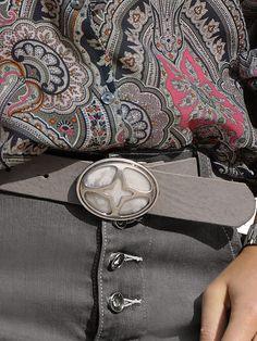Gürtel aus Rindsleder mit Koppelschließe und perlmuttfarbenem Stein. Breite ca. 3,5 cm. Obermaterial: 100% Leder...