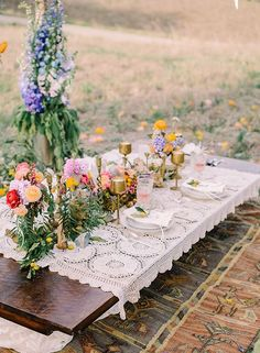 08 crochet tablecloth, bold flowers and gilded candle holders for a boho look - Weddingomania