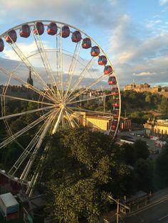 Roda gigante na Princess St, em Edimburgo, na Escócia. Descubra mais no www.wayway.com.br #wayway #edimburgh