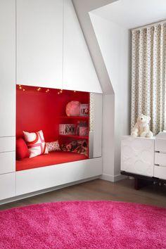 Детская мебель для девочек: оформляем комнату маленькой леди со вкусом http://happymodern.ru/detskaya-mebel-dlya-devochek-35-foto-oformlyaem-detskuyu-so-vkusom/ Встроенная в систему шкафов кушетка для отдыха и игр с друзьями