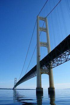 El puente de Mackinac conecta la península superior de Michigan, con la parte inferior del estado.